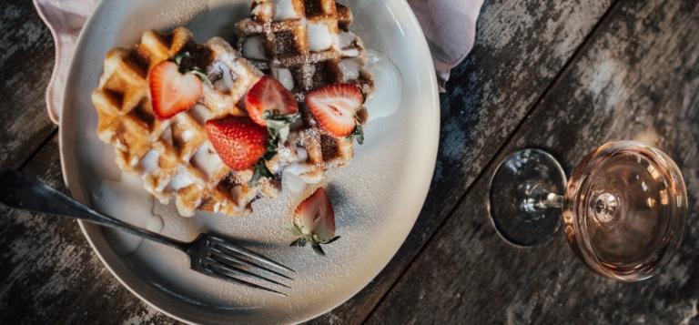 waffles strawberries rose wine Bordeaux German